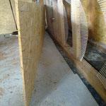 Le coffrage intérieur comprend des vis bloquées par des boulons, qui garantissent l'espace de 30 mm entre lui-même et le montant. Les vis à bois classiques fixent le coffrage.
