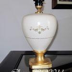 Lume in ceramica, spugnato finemente acrilico avorio, base in foglia oro e decori in rilievo oro