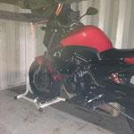 support fixe pour bien caler la moto dans le conteneur