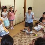 保育士先生と園児に0才児 1