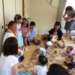 保育士先生と園児に0才児 2
