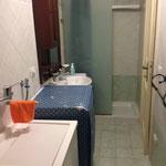 bagno con doccia e lavatrice/asciugatrice