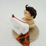 Tortenfigur Wichtel an der Nähmaschine