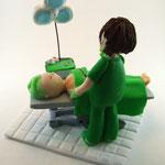 Tortenfigur Ärztin/Chirurgin im OP mit Patient