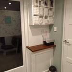Door stefig op maat gemaakte vakken hangkast voor in kapsalon SK-Haarmode. Gemonteerd in Hendrik-Ido-Ambacht.