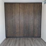 Door stefig op maat gemaakte inbouwkast met eiken fineer deuren afgewerkt met Rubio monocoat charcoal olie. Gemonteerd in Hoogvliet.