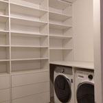 Door stefig op maat gemaakte inloopkast met softclose lades en ruimte voor wasmachine en droger. Gemonteerd in Rotterdam.