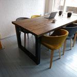 Door stefig op maat gemaakte industriële eettafel van steigerhout met stalen onderstel. Geplaatst in Utrecht.