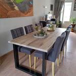 Door stefig op maat gemaakte eiken eettafel met stalen onderstel. Geplaatst in Wijk bij Duurstede.
