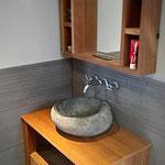 Door stefig op maat gemaakt badkamermeubel/wastafelmeubel van massief iroko. Gemonteerd in Ridderkerk