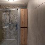 Door stefig op maat gemaakt badkamermeubel in een nis. Gemonteerd in Schiedam.