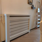 Door stefig op maat gemaakte radiator ombouw met horizontale latten. Gemonteerd in Denk Haag,