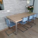 Door stefig op maat gemaakte eiken tafel met chromen poten. Geplaatst in Ridderkerk.