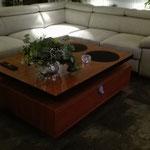 Door stefig op maat gemaakte salontafel van spaanplaat met houtdecor bovenblad en houtdecor lade onderstel. Geplaartst in Maastricht.