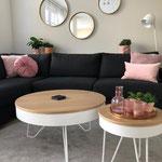 Door stefig op maat gemaakte ronde salontafels met eikenfineer bladen. Geplaatst in Rhoon.