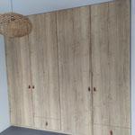 Door stefig op maat gemaakte inbouwkast met eiken replica deuren. Gemonteerd in Rhoon.