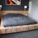 Door stefig op maat gemaakt bed van robuuste massieve douglas balken. Geplaatst in Ridderkerk.