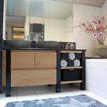 Door stefig op maat gemaakt badkamermeubel/wastafelmeubel van massief eiken met zwarte stalen poten. Gemonteerd in Ridderkerk