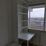 Door stefig op maat gemaakte kast met geïntegreerd bureaublad. Gemonteerd in Ridderkerk.