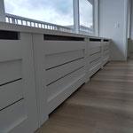 Door stefig op maat gemaakte radiator ombouw met horizontale latten. Gemonteerd in Ridderkerk.