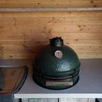 Door stefig op maat gemaakte buitenkeuken van steigerhout met met betoncire aanrechtblad, spoelbak, bbq en green egg. Gemonteerd in Barendrecht