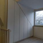 Door stefig op maat gemaakte inbouwkast onder schuin dak om de CV-installatie. Gemonteerd in Nieuwerkerk a/d Ijssel.