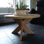 Door stefig op maat gemaakte massief eiken ronde salontafel met kruispoot. Geplaatst in Dordrecht.