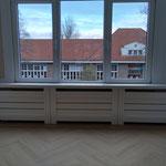 Door stefig op maat gemaakte radiator ombouw met horizontale latten. Gemonteerd in Den Haag.