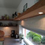 Door stefig op maat gemaakte zwevende wandplank van teakfineer met verlichting. Gemonteerd in Hendrik-Ido-Ambacht.