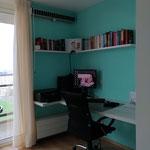 Door stefig op maat gemaakt bureau met ordnerkast met schuifdeuren en hoekwandplank. Gemonteerd in Rotterdam