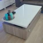Door stefig op maat gemaakte salontafel met hoogglans wit hpl blad en houtlook lade-onderstel. Geplaatst in Capelle a/d Ijssel.