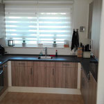 Door stefig op maat gemaakte keuken met met betondecor hpl aanrechtblad en houtdecor spaanplaat deuren. Gemonteerd in Capelle a/d Ijssel.