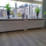 Door stefig op maat gemaakte radiator ombouw met dicht paneel. Gemonteerd in Zwijndrecht.