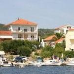 Das Ferienhaus Orlic im Hintergrund