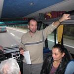 Thomas unterhält uns im Bus