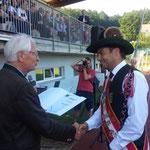 Landesobmann Obstlt Oskar Bernhart überreicht Stabführer Andreas Rath die Urkunde.