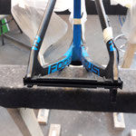 Plastic stint in the rear frame to protect against lateral crushing during transport