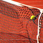 Tennisball verformt das Netz. Foto: Tobias Bunners