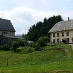La ferme et notre maison à gauche