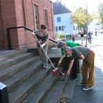 Schon einen Tag zuvor mussten fleißige Helfer des Vereins Reinigungsarbeiten leisten: Marta Terek, Karin Kolb, Peter Király