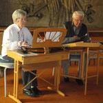 Die Familie Halfmann umrahmt die Veranstaltung mit traditioneller Hausmusik.