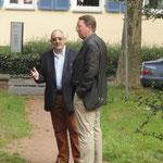 Klaus-Michael Wilhelm diskutiert mit Herrn Dr. Christoph Dammann, Direktor des Kulturreferates Kaiserslautern.