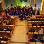 Beide Chöre mit Publikum im Vordergrund: die Kirche war voll! (Foto: Fabian Lang)