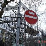 Moltkestraße, hinter der St. Franziskus-Schule: beschädigte und verschmutzte Schilder