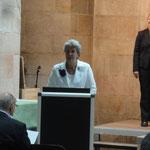 Die Vorsitzende, Karin Kolb, begrüßt die Gäste sowie die Sängerinnen und Sänger.