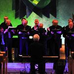 """Ute Holzhauser (links) gesellt sich zu den Männern mit einem Solo bei """"La Vergine"""" von Verdi."""