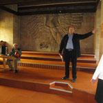 Dieter Burghaus referiert lebhaft über die Geschichte und Architektur des Gebäudes.