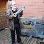 Prof. Stilling zeigt den reparaturbedürftigen Arm des Orpheus.
