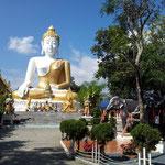 Überall im Lande findet man stimmungsvolle Tempel und Buddha Statuen.