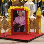 Thailands König Bhumibol ist allpräsent. เรารักในหลวง /rao rak nai luang - Wir lieben den König.